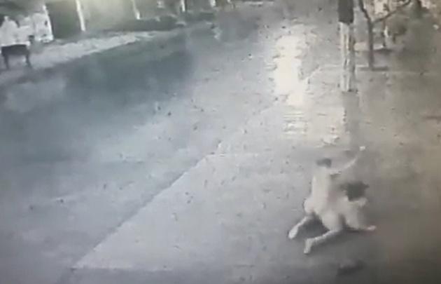 Hombre desnudo masacró a una mujer que esperaba el bus