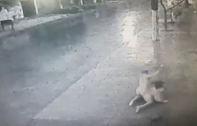 Hombre desnudo da brutal golpiza a una mujer