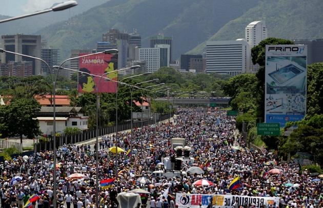Opositores quemaron a un hombre durante protesta en Caracas — Venezuela
