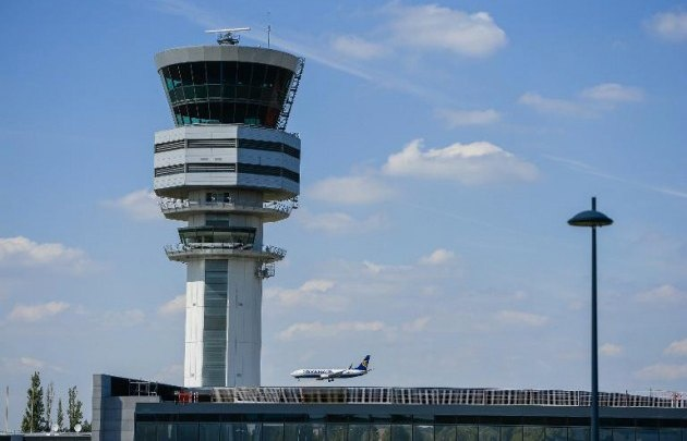 Un piloto bloqueó la torre de control de Ezeiza por cantar
