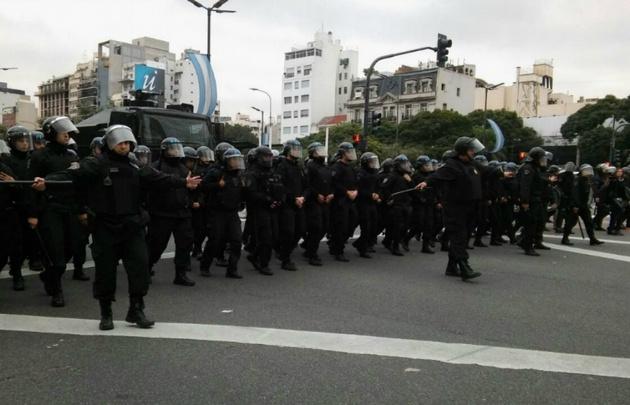Violenta represión en plena 9 de Julio con balas de goma