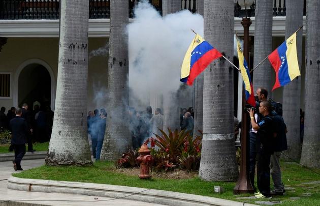 Venezuela: Preciso momento en que chavistas ingresan de violentamente al Parlamento