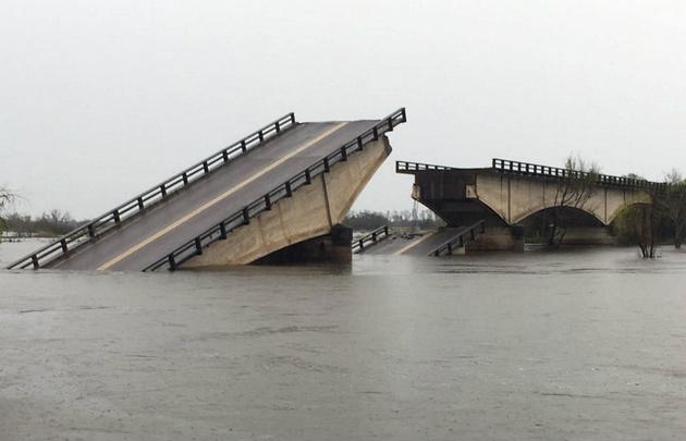 Cayó uno de los puentes que une Goya con Esquina