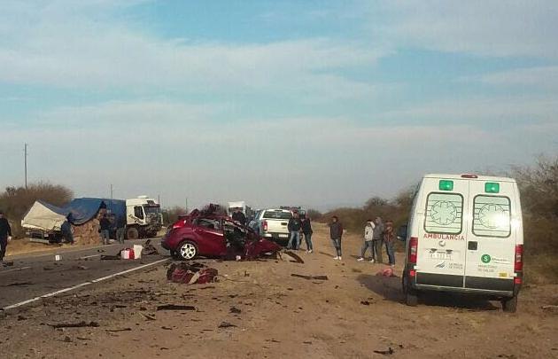 Tragedia: una pareja y su bebé murieron al chocar contra un camión