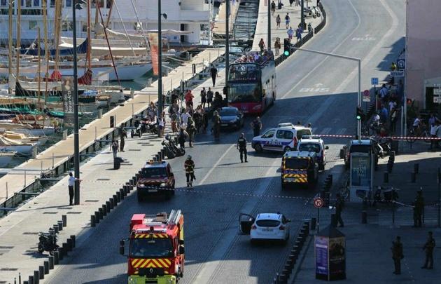 Vehículo embiste paradas de autobús en Marsella