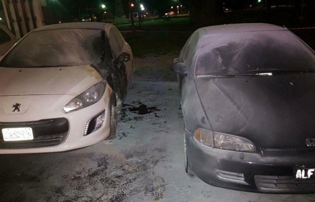 Dos autos ardieron frente al Ministerio de seguridad