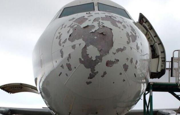 Fotos: así quedó un avión de Latam por el granizo