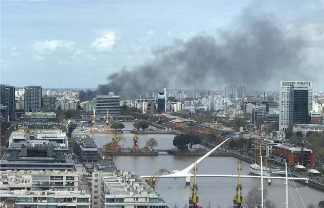 Combaten voraz incendio en un edificio de La Boca
