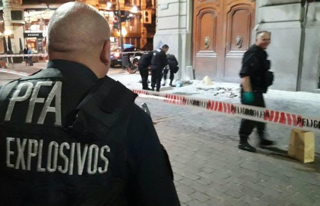 Encapuchados tiraron una bomba molotov en la Legislatura porteña