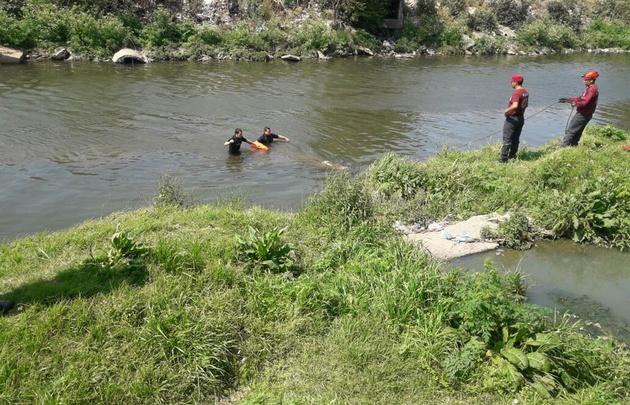 Imágenes sensibles: hallan un cadáver flotando en un río