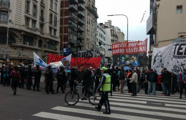 Organizaciones sociales marchan para que se declare la emergencia social porteña