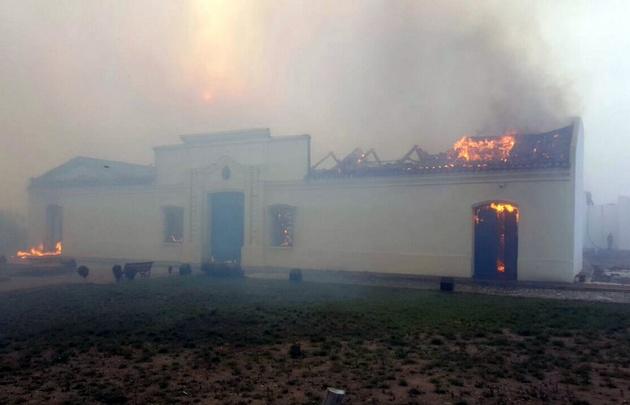 Viento zonda provoca feroz incendio en San Luis
