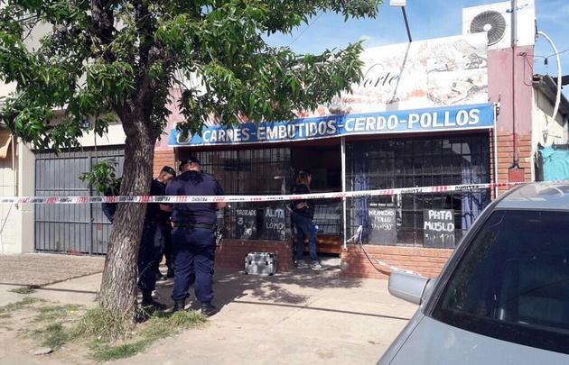 Un carnicero y su hija resultaron heridos en un asalto