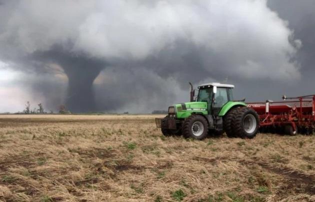 Trabajaban en el campo y les pasó un tornado por encima — Videos