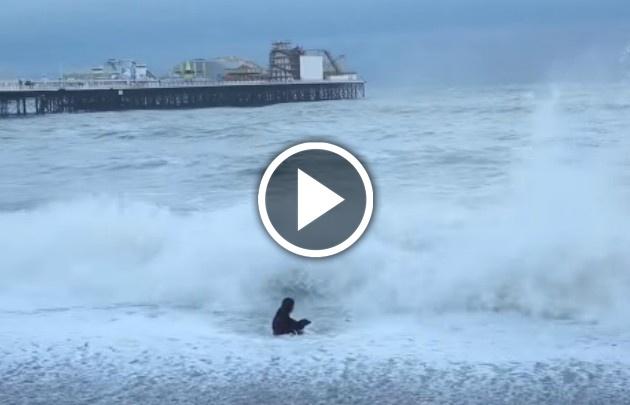 Una mujer se arroja al mar para rescatar a su perro