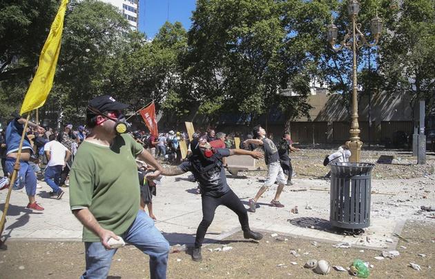 Ordenan detener a dos manifestantes y policía por desmanes — Argentina
