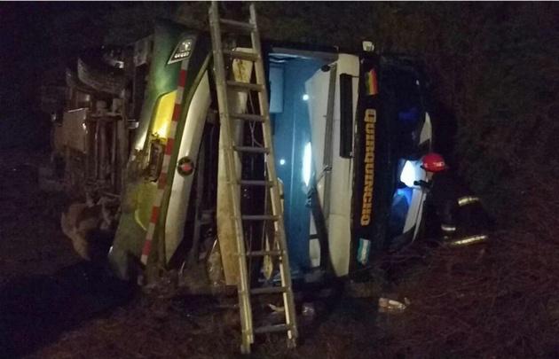 Al menos cinco muertos al volcar un colectivo en Santiago del Estero