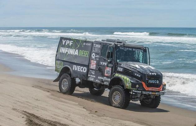 Villagra ganó la etapa en camiones y Benavides es escolta en motos