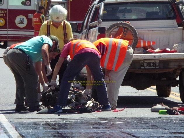 Murió con su bebé al chocar la motocicleta contra un camión